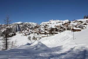 Chamois widziane ze szlaku górskiego, który prowadzi do La Magdleine.