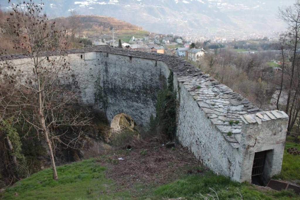 Most akwedukt Grand Arvou w Porossan. Na zdjęciu widoczne kamienne dachówki, pokrywające most oraz okna.