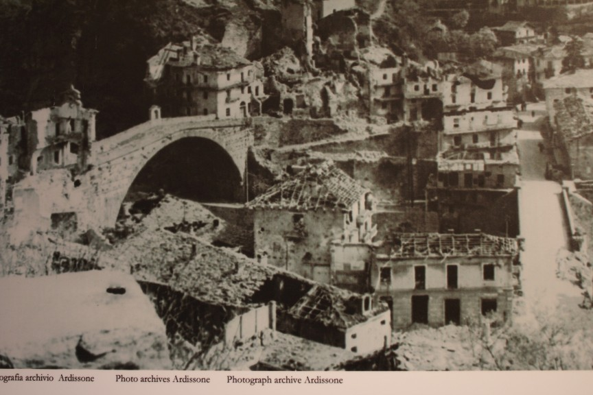 Most rzymski w Pont-Saint-Martin, ocalały podczas bombardowania w 1944 roku.