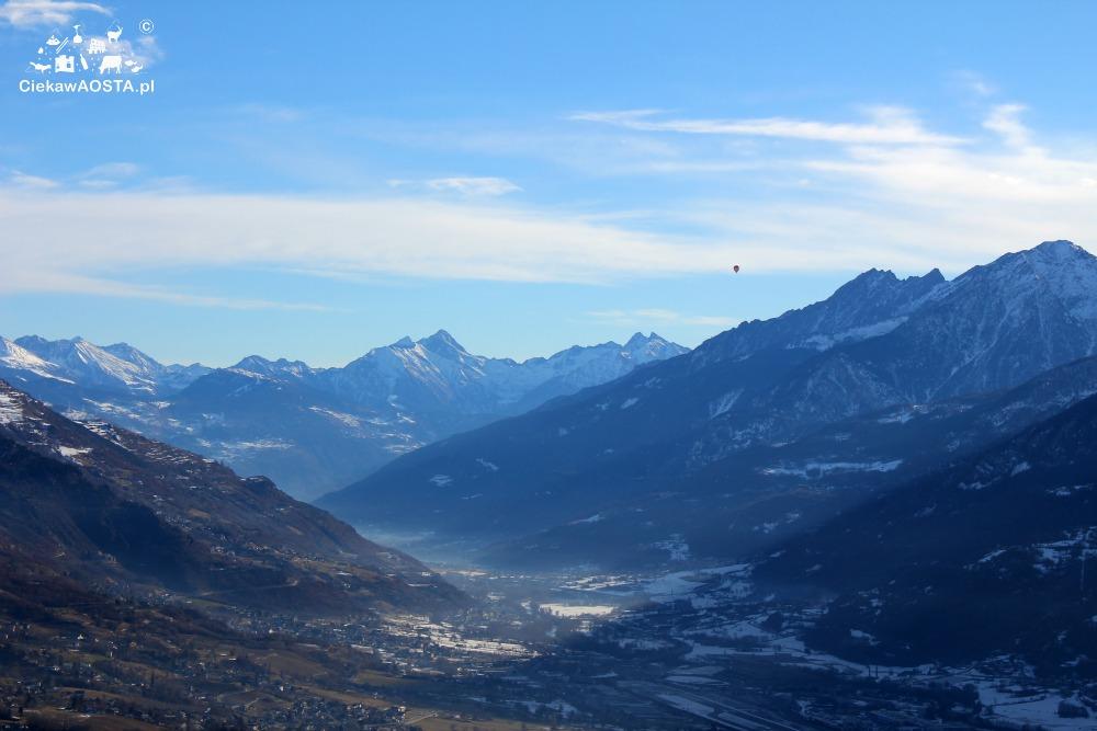 Widok na dolinę ze Strada dei Salassi zimą.
