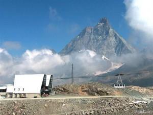 Kolejka linowa Plateau Rosa. W tle jeden z najpiękniejszych alpejskich szczytów Cervino / Matterhorn. Źródło Funivie.org