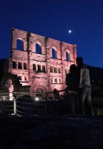 Rozświetlony teatr rzymski w centrum Aosty