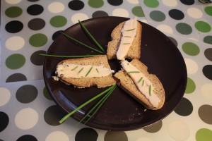 Tradycyjne Lardo di Arnad z żytnim chlebem podane jako przystawka