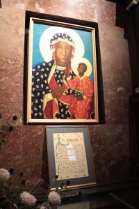 Obraz Czarnej Madonny namalowany przez Edmunda kosmowskiego i podarowany kakonikom na Wielkiej Przełęczy Świętego Bernarda w 1954 roku