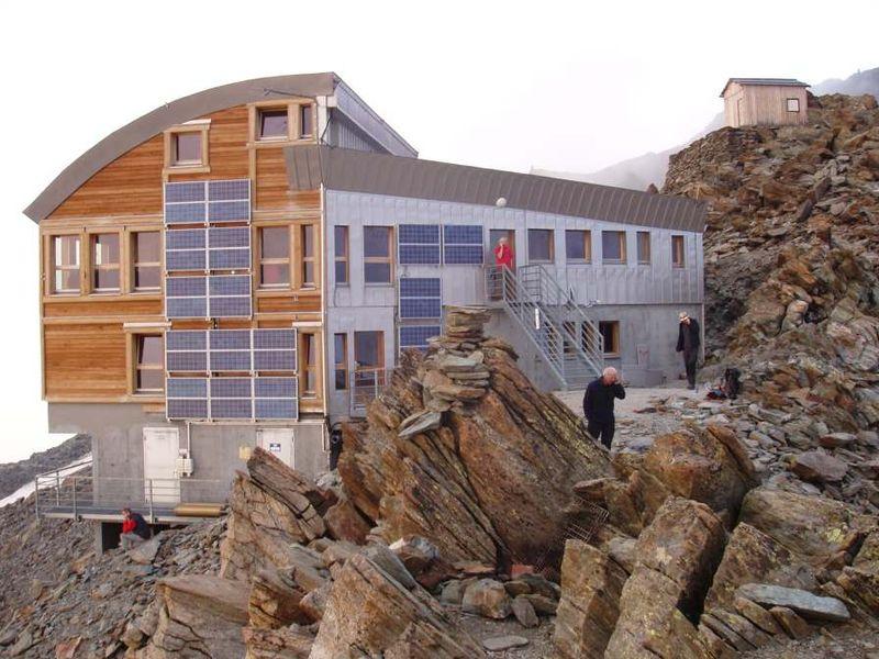 Schronisko górskie Tête Rousse na masywie Mont Blanc, źródło TU