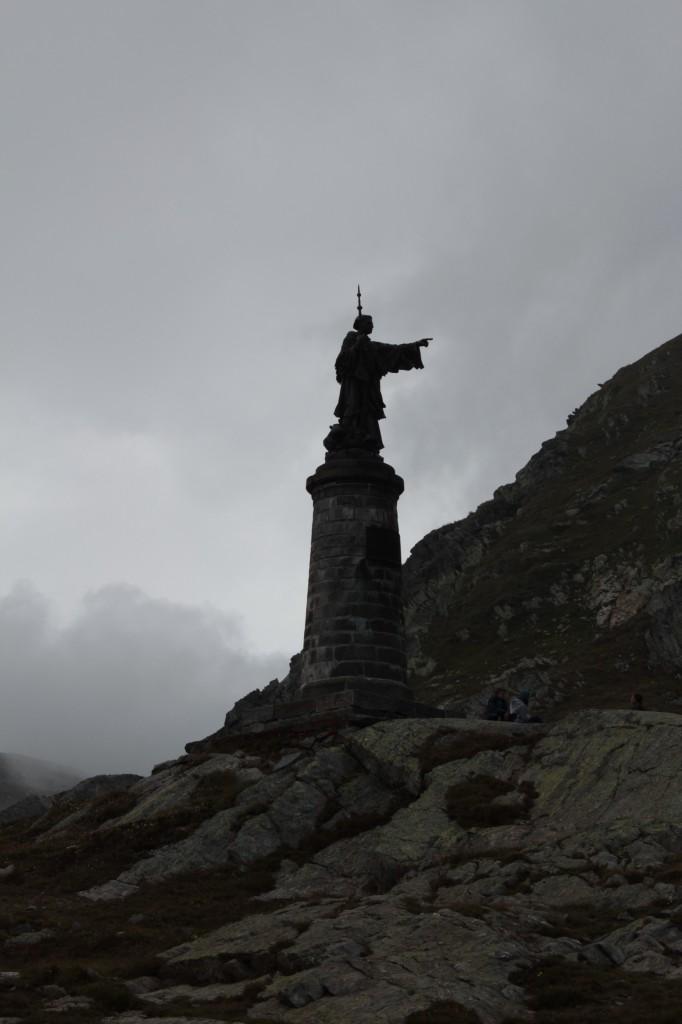 Pomnik Bernarda z Menthonu, założyciela schroniska dla podróżujących przez przełęcz pielgrzymów