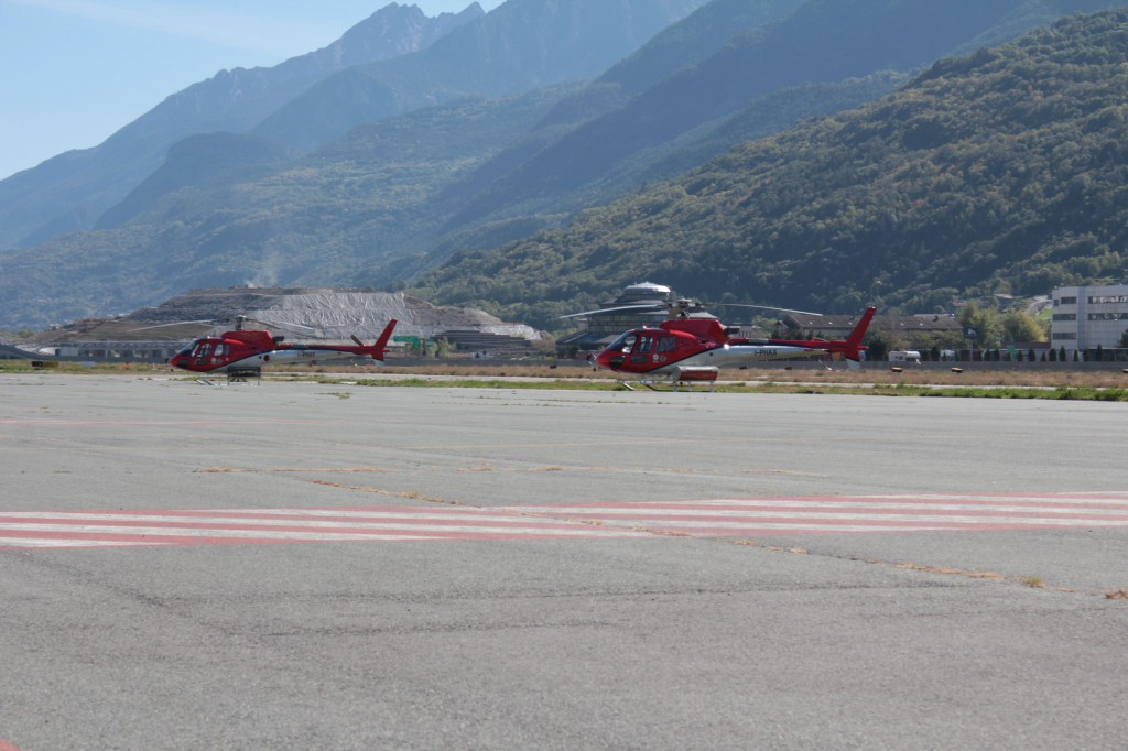 Na lotnisku stacjonują helikoptery Alpejskiego Pogotowia Ratunkowego, gotowe do akcji w każdym momencie.