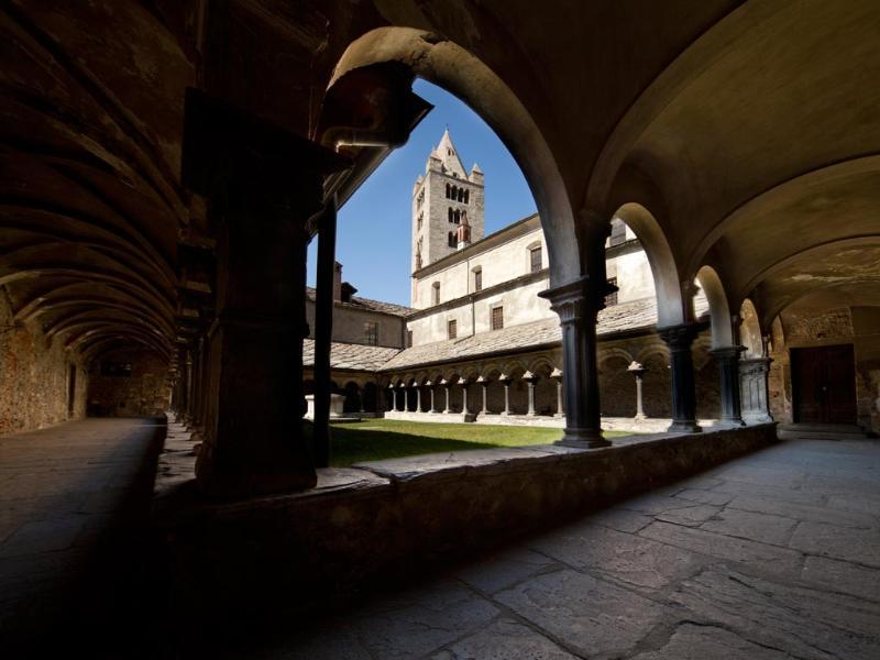 Architektura romańska w Aoście na przykładzie krużganku Sant'Orso. Źródło lovevda.it