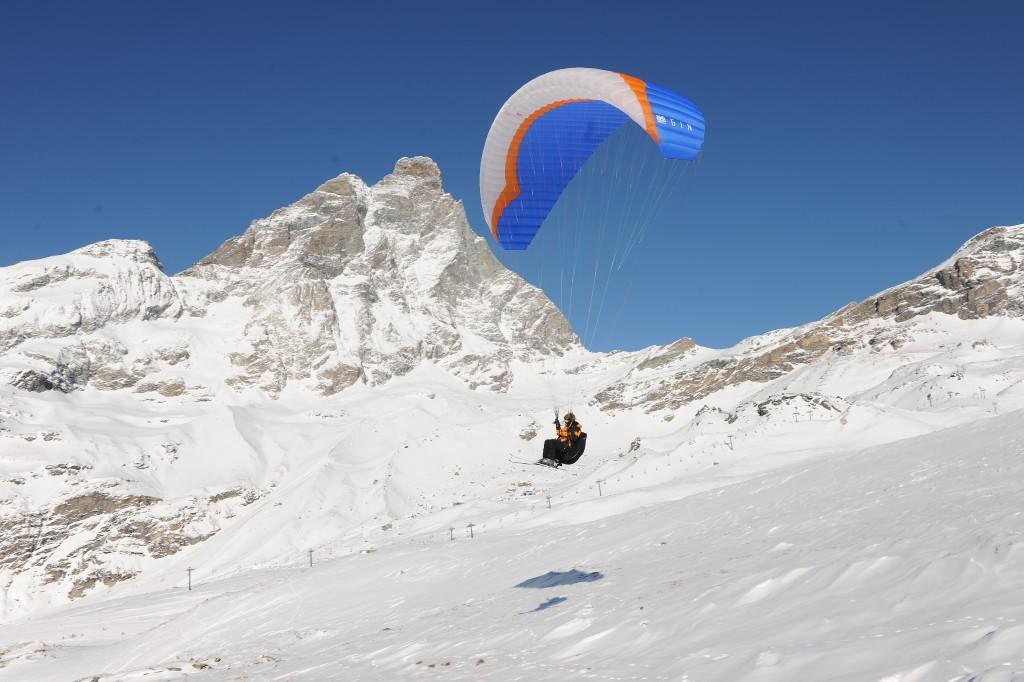 Lot na paralotni u stóp Matterhorn