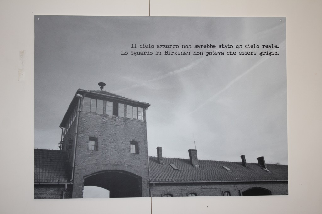 Błękitne niebo nie byłoby prawdziwe. Spojrzenie na Birkenau moglo być tylko szare.