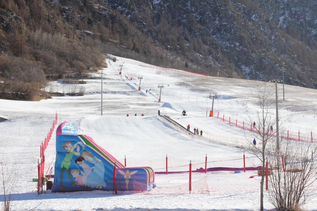 Swnowpark dla dzieci w Ollomont oraz wyciąg orczykowy i trasa zjazdowa o długości 0,5 km