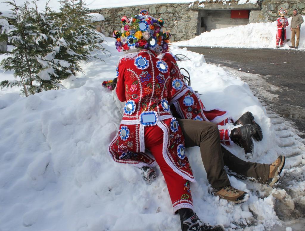 Le landzette robią psikusy :-) rzucając przechodnia do śniegu