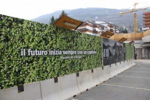 Przyszłość zawsze zaczyna się od budowy. Taki napis widnieje w centrum Aosty, gdzie właśnie powiększają szpital.