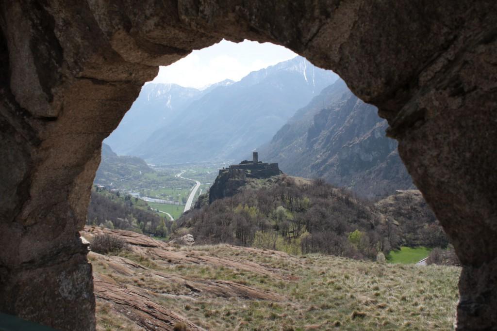 Widok na dolinę i jeden z zamków.
