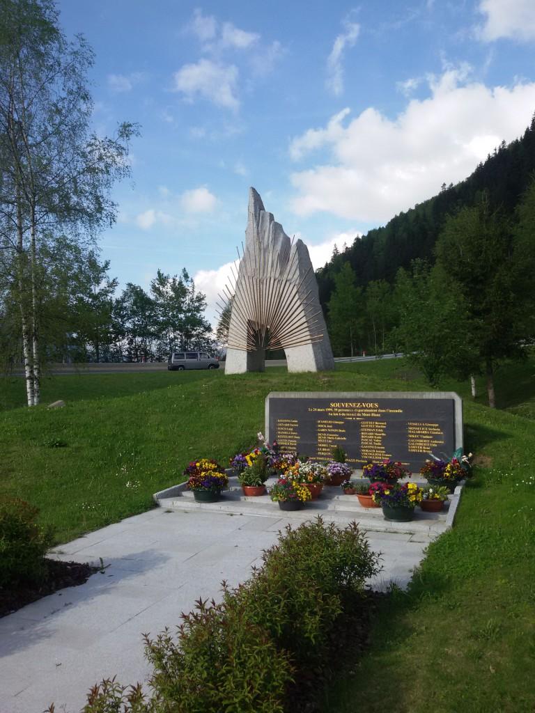 Pomnik poświęcony ofiarom wypadku z 24 marca 1999 roku (Chamonix, tuż przed wjazdem do tunelu).
