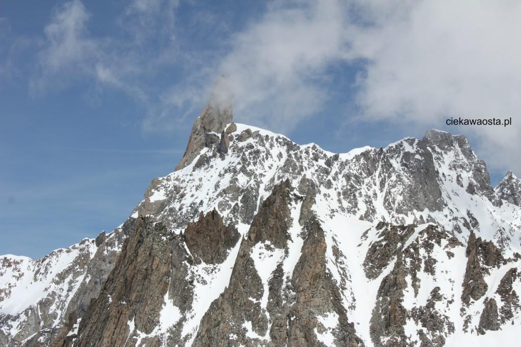 Alpejski szczyt Il Dente del Gigante, widok z tarasu widokowego stacji Punta helbronner