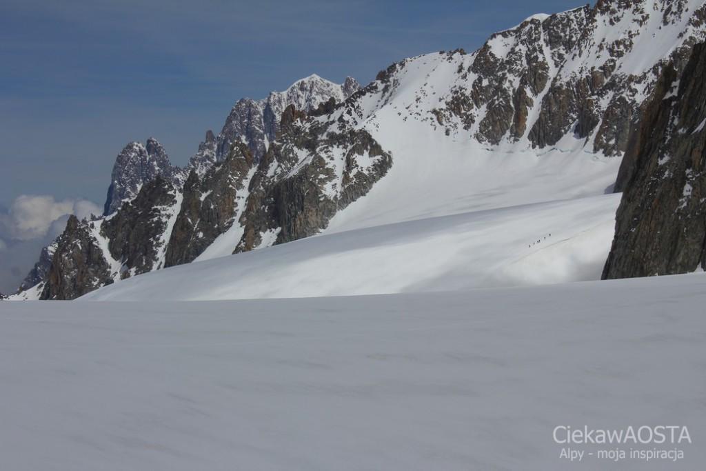 Alpiniści w drodze na szczyt. Widok ze schroniska Torino