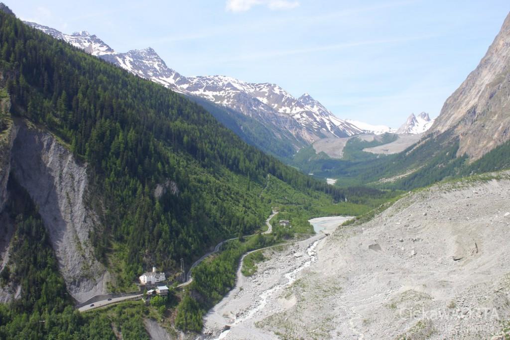 Widok na Val Veny ze stacji Pavillon kolejki SkyWay, która wjeżdza na Punta Helbronner i dalej do Chamonix po francuskiej stronie.