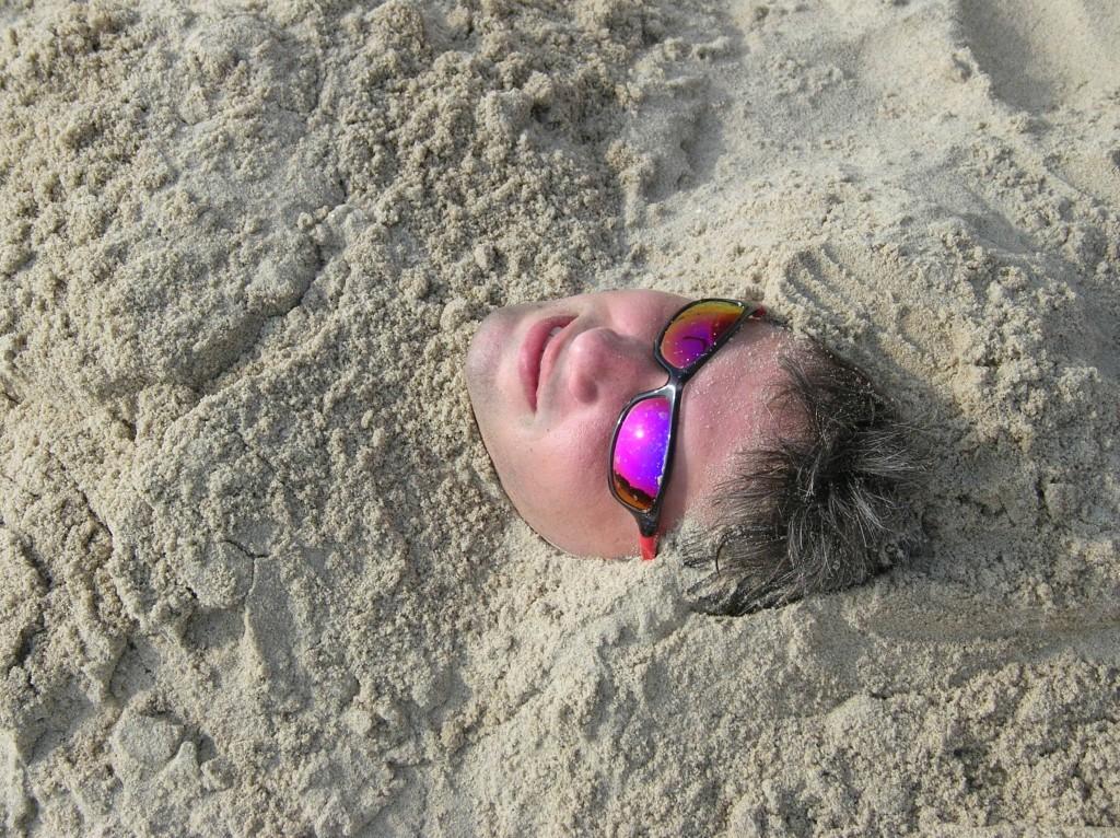 Zakopywanie w piasku, kto w młodości tego nie praktykował nad morzem? Chyba wszyscy :-). Wisełka, 2007 rok.