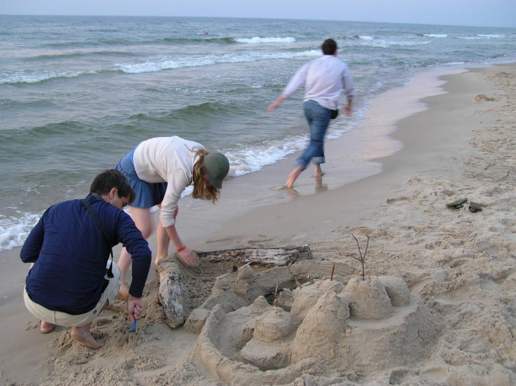 Budujemy zamek z piasku. Wisełka, 2007 rok.