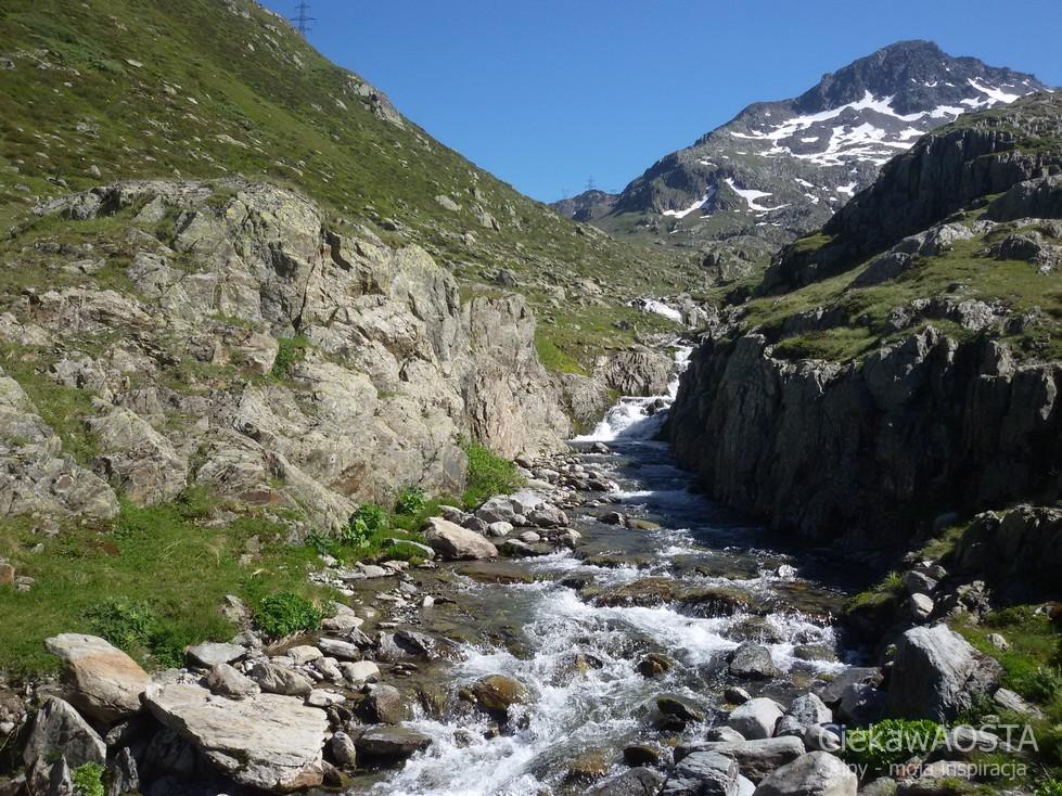 Malownicze krajobrazy po szwajcarskiej stronie przełęczy Via Francigena.