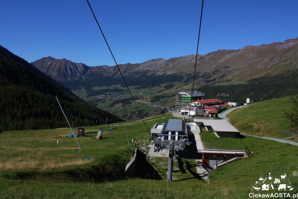 Widok na Val d'Ayas i wyciągi górskie z Crest, szlaku prowadzącego do schroniska Aroula.