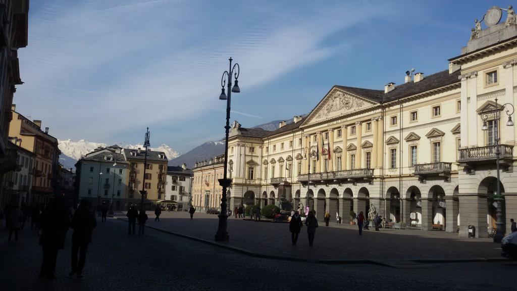 Główny Plac w centrum Aosty Piazza Chanoux, nosi imię jednego z walczących o autonomię regionu podczas II Wojny Światowej.