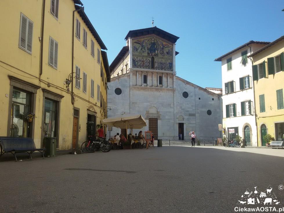 Plac z widokiem na kościół San Frediano