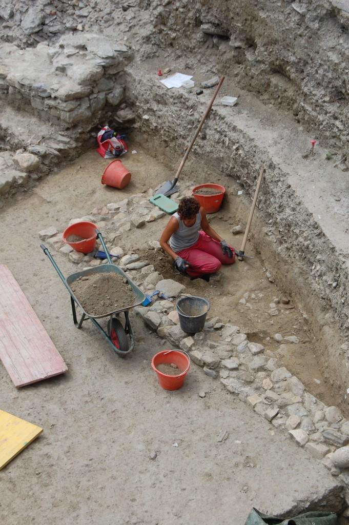 Lucia podczas wykopalisk w Ostii. Lucia durante i lavori di scavo ad Ostia Antica.