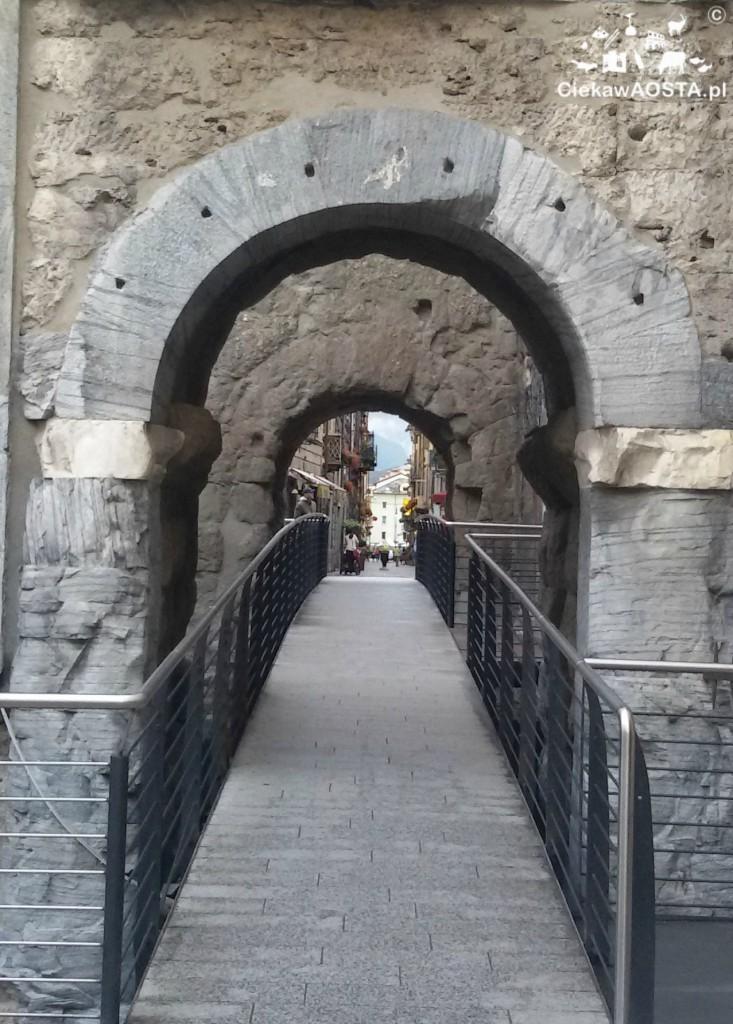 Porta Praetoria z epoki rzymskiej w centrum Aosty. Porta Praetoria ad Aosta.