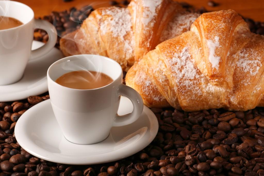 Typowe śniadanie we Włoszech: kawa espresso i rogalik.