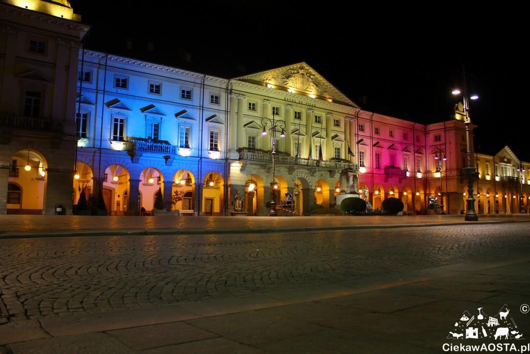 Piazza Chanoux w centrum Aosty po tragedii w Paryżu.