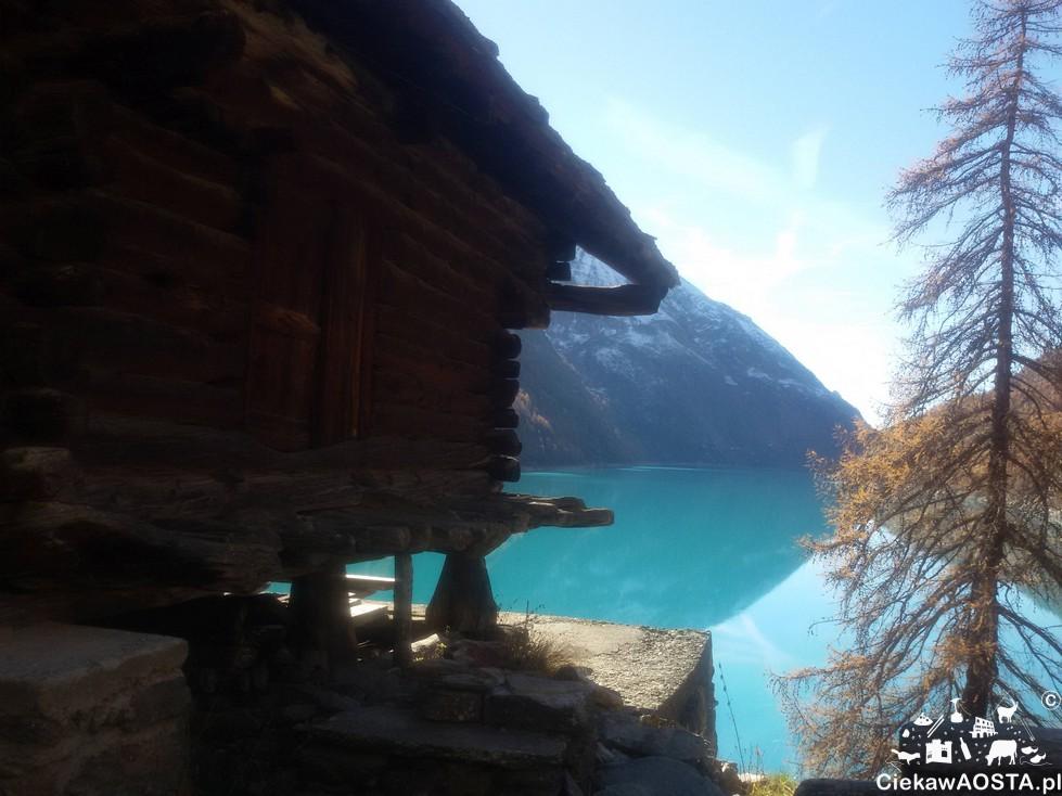 Jezioro Prarayer na wysokości 2000 m n.p.m. Takie kolorybyły w listopadzie 2015 roku. listopadzie