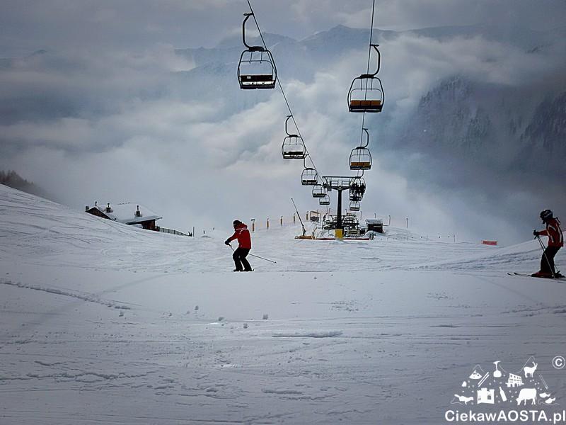 Czerwone kurtki marki Armani to znak rozpoznawczy instruktorów narciarstwa w Valle d'Aosta.