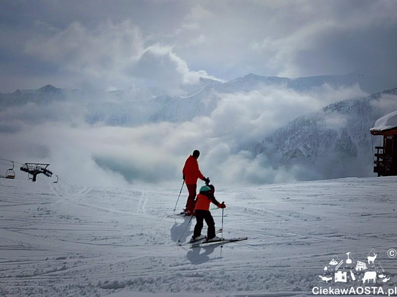 Czerwone kurtki to znak rozpoznawczy instruktorów narciarstwa.
