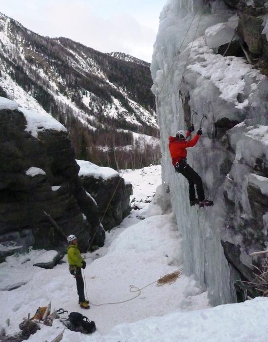 Alpinici wspinający się na zamarźnięty wodospad w Lillaz, Cogne. Źródło: TU