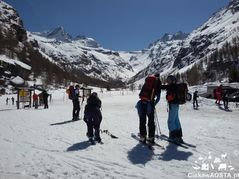 Skialpiniści przygotowują się do wspinaczki do schroniska Emanuele Chabod.