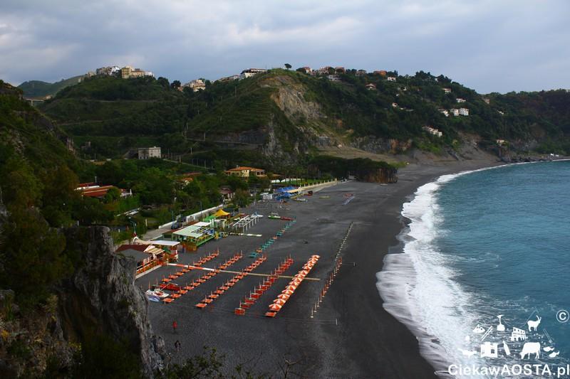 Widok na plaże ze szlaku.