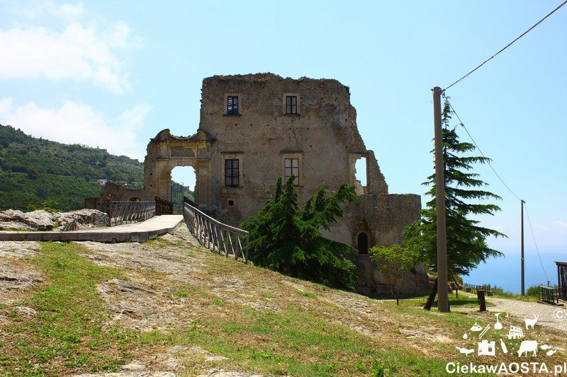 Ruiny zamku w Fiumefreddo Brusio.