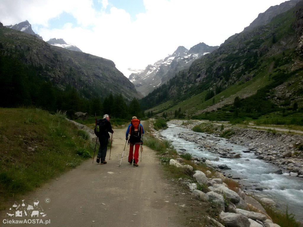 Alpiniści w drodze do schroniska Vittorio Emanuele II.