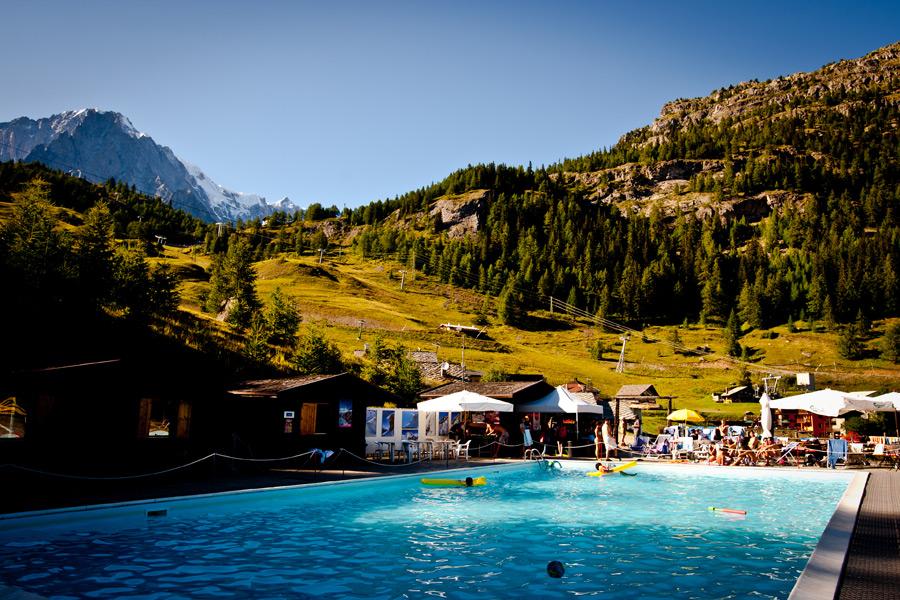 Podgrzewany basen Plan Chécrouit na wysokości prawie 2.000 m n.p.m. z widokiem na Monte Bianco.