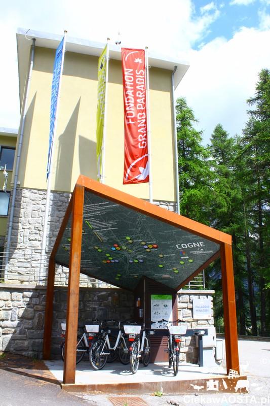Punkt rowerów elektrycznych w Cogne, obok entrum dla zwiedzających.