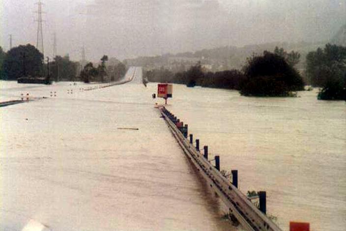 Zdjęcie z powodzi jaka nawiedziła region Valle d-Aosta w 2000 roku. Na zdjęiu autostrada zalana kompletnie wodami rzeki Dora Baltea.