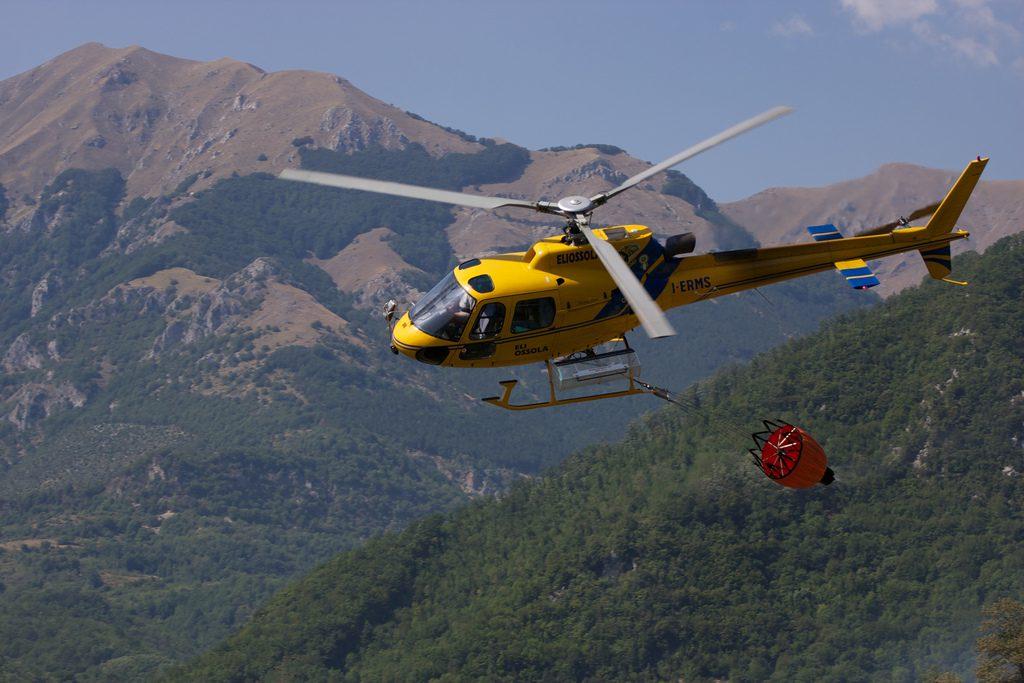Gaszenie pożaru przz jednostki operacyjne Alpejskiego Pogotowia Ratunkowego.