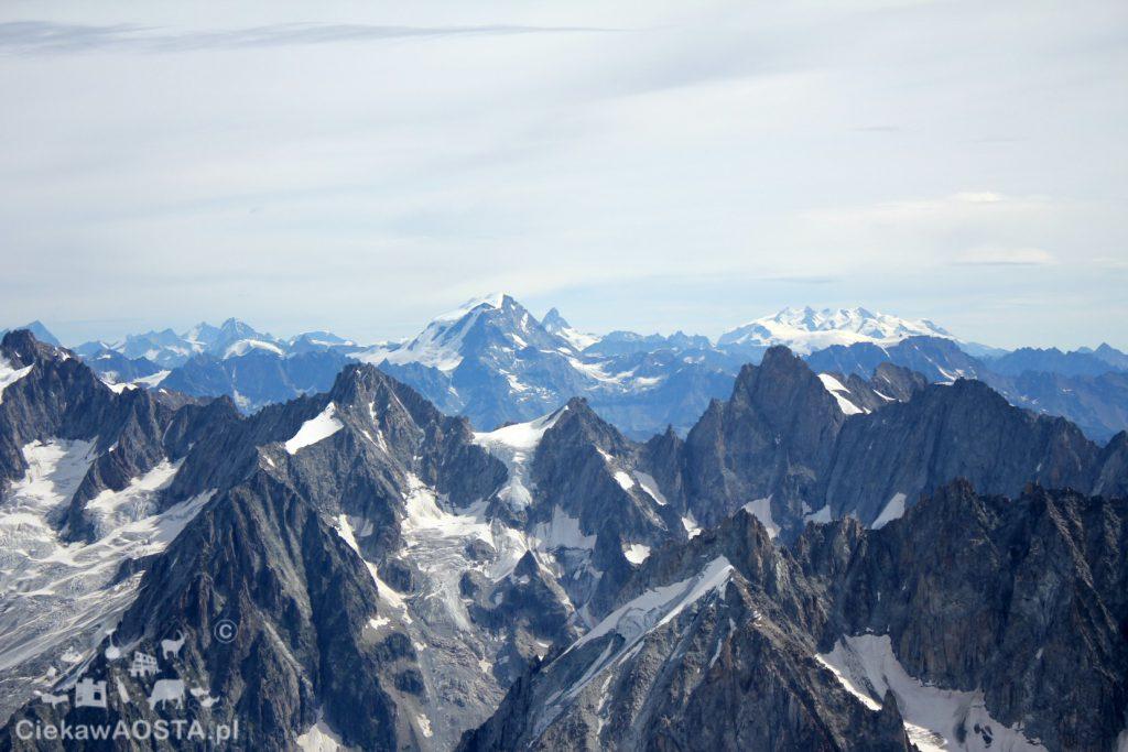 Widok na włoską cześć Alp: Matterhorn , Grand Combin i Monte Rosa.