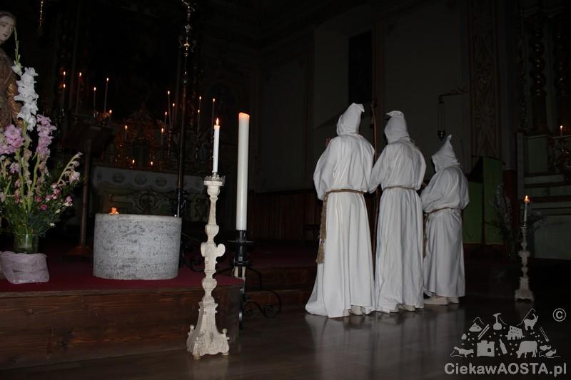 Kościół i modlący się mnisi.