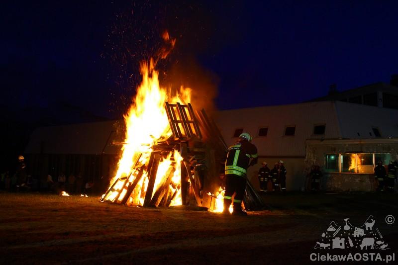 Rozpalenie tradycyjnego Falò podczas wi€towania 1 sierpnia na Plan Maison.