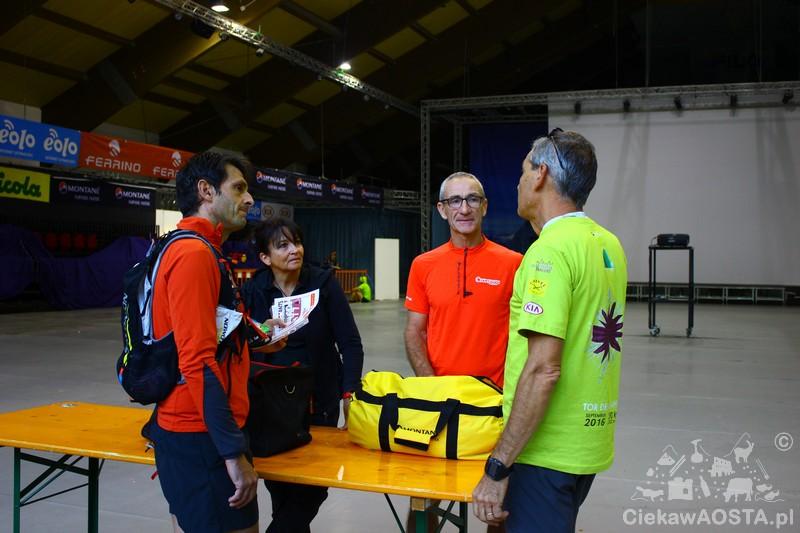 Przed biegiem. Widzicie żółtą torbę? Każdy uczestnik miał taką ze swoim numerem i jak docierał do kolejnego etapu, tzw. base vita, to czekała na niego z jego osobistymi rzeczami.
