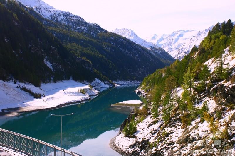 Zapora w Valgrisenche widziana ze szlaku górskiego.