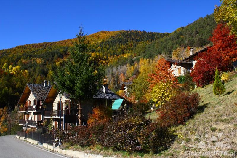 Mała wioska na trasie Strada dei Salassi. Te kolory są prawdziwe :-) .
